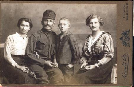 Szűcs István gyermekeivel 1917