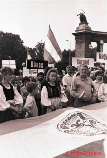 Az erdélyi falurombolás elleni tiltakozás a Hősök terén.1988. június 27.