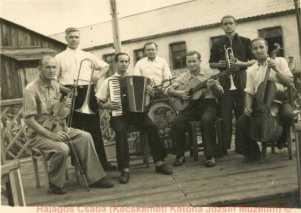 """Fuszenecker József (a fekete ruhás trombitás) és a """"kultúrbrigád"""" egy Gupvi táborban a Szovjetunióban, 1946."""