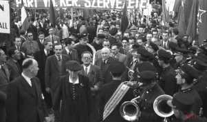 Az SZDP vezetőségének tagjai Kéthly Anna, Szakasits Árpád, valamint Rákosi Mátyás a Magyar Kommunista Párt Központi vezetőségének főtitkára és Péter Gábor a Budapesti Rendőr-főkapitányság Politikai Rendészeti osztályának vezetője a II. világháború európai hadműveleteinek befejezését ünnepelték Szabadság téren. 1945. május 9.