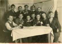 """""""Kulturált italozás"""" egy Gupvi táborban (Mendler János jobbra az alsó sorban az első, Fuszenecker József az álló sorban balra a második, trombitával)"""