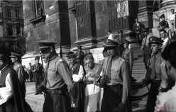 Mindszenty József hercegprímás a Szent Jobb körmenetben. 1947. augusztus 20.